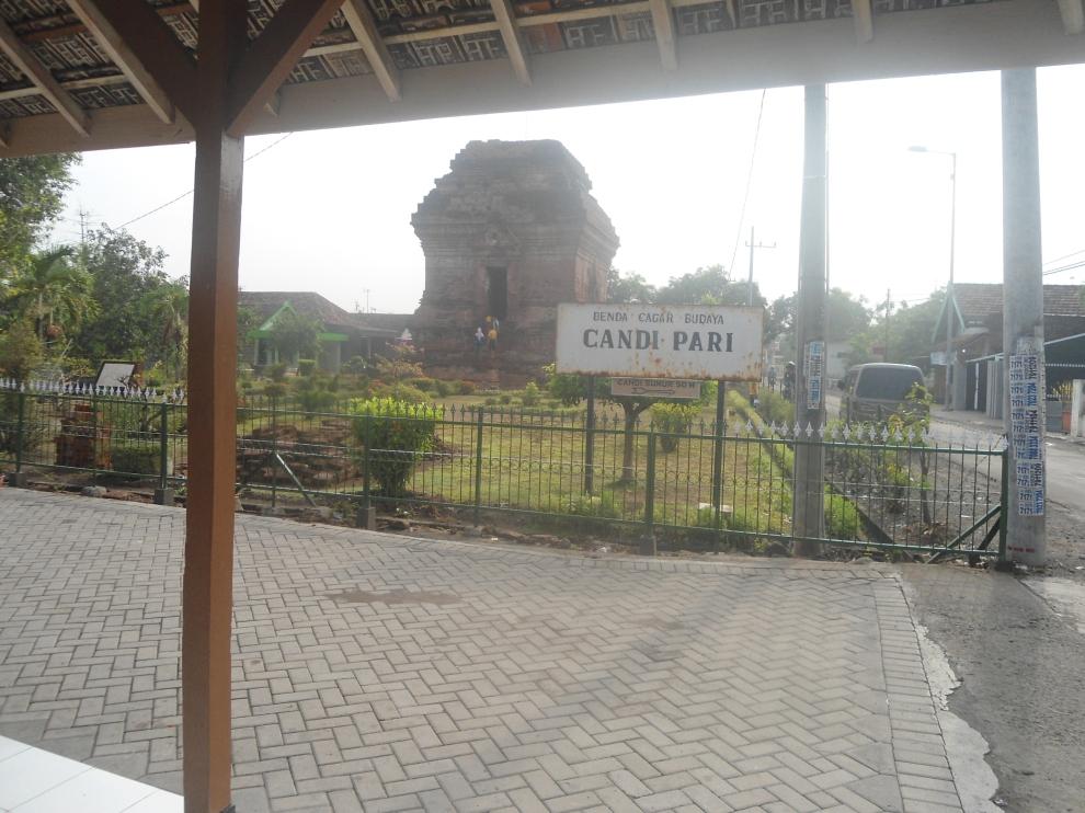 Papan Nama Candi Pari (foto diambil dari pendopo)