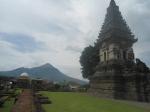 Candi Jawi berlatar belakang Gunung Penanggungan ( Pawitra )