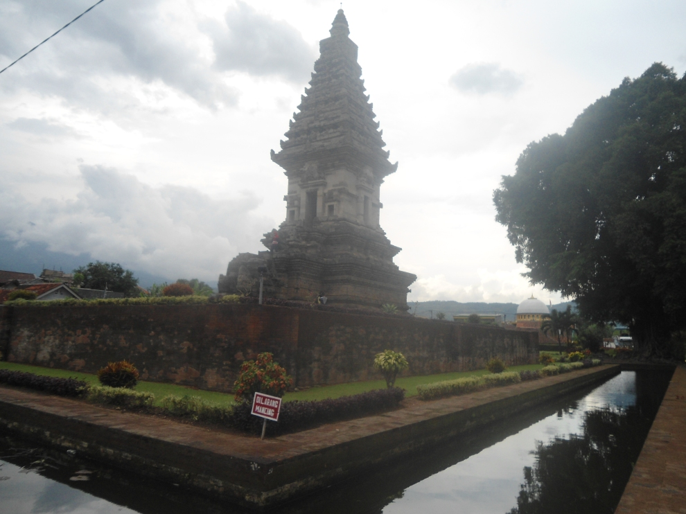 Candi Jawi dikelilingi kolam dengan ikan dan bunga padma