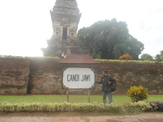 Papan nama Candi Jawi dan Saya (penulis)