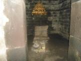 Ruang Utama Candi Singosari dengan Yoni dan Perangkat Upacara