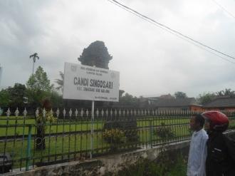 Papan Nama Candi Singosari (penulis dengan tokoh masyarakat Singosari, Pak Jauhari)